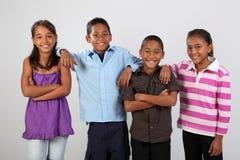 Vier Schulefreunde teilen freundlichen Fotomoment Lizenzfreie Stockfotos
