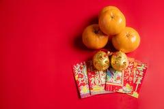 Vier sinaasappelen en twee gouden varkens royalty-vrije stock foto