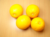 Vier sinaasappelen op Achtergrond Stock Afbeeldingen