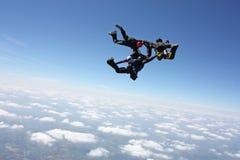 Vier skydivers na hebben uitgang een vliegtuig Stock Foto's