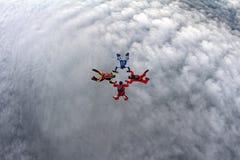 Vier skydivers zijn in de hemel royalty-vrije stock afbeeldingen