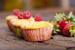 Vier smakelijke fruitmuffins Stock Afbeeldingen
