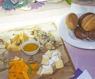 Vier soorten kaas met honing en brood stock foto's