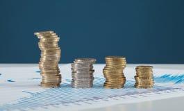 Vier Spalten von Münzen auf dem Tisch Lizenzfreie Stockfotos