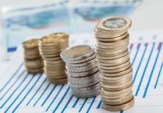 Vier Spalten von Münzen auf dem Tisch Lizenzfreie Stockfotografie