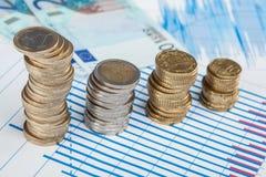 Vier Spalten von Münzen auf dem Tisch Stockfoto