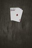 Vier Spielkarten der Asse auf einem hölzernen Hintergrund Risiko, Glück, Abstraktion Stockfotos