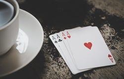 Vier Spielkarten der Asse auf einem hölzernen Hintergrund Risiko, Glück, Abstraktion Lizenzfreie Stockfotografie