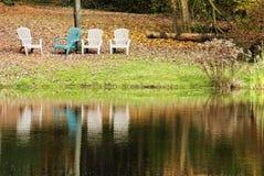 Vier Stühle durch den See Stockbilder