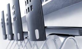 Vier Stühle in einer Reihe am Zählwerk - Nahaufnahme Stockfotografie