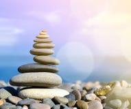Vier Steine nah oben balanciert Stockbilder
