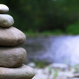 Vier Steine nah oben balanciert Stockbild