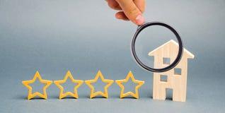 Vier sterren en een blokhuis op een grijze achtergrond Succes terugkoppeling Goede evaluatie van de criticus Hotelclassificatie K stock fotografie