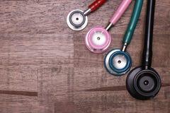 vier stethoscopen op een lijst stock foto