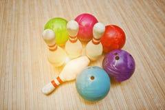 Vier Stifte mit fünf Bowlingkugeln Stockfotografie