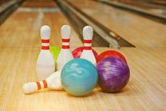 Vier Stifte mit fünf Bowlingkugeln Stockfoto