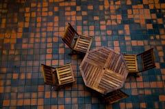 Vier stoelen en een lijst Stock Afbeeldingen