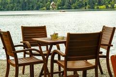 Vier stoelen en een lijst Stock Foto