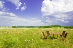 Vier stoelen en lijst Stock Fotografie