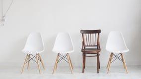 Vier stoelen op een witte achtergrond die op werkloze mensen voor een gesprek wachten stock videobeelden