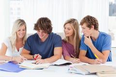Vier studenten die het antwoord proberen te krijgen Royalty-vrije Stock Foto's