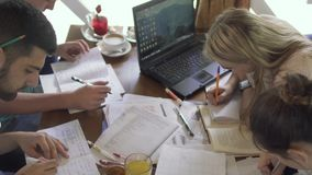 Vier studenten die in koffie bestuderen stock video