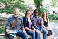 Vier Studenten mit Lehrer Lizenzfreies Stockbild