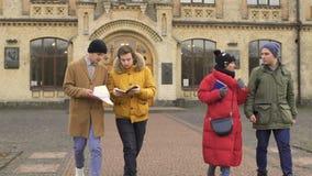 Vier studenten verlaat de universiteit stock video