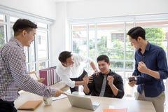 Vier Succes De commerciële groep viert een goede baan in van royalty-vrije stock afbeeldingen