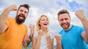 Vier Succes Wij zijn winnaars De favoriete team gewonnen concurrentie Gedrag van winnaarteam Threesometribune gelukkig met stock fotografie