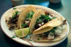Vier Tacos auf einer Platte Stockfotos