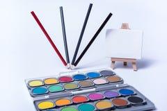 Vier tanzende Bleistifte als Stillleben auf weißem Hintergrund Stockfotos