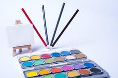 Vier tanzende Bleistifte als Stillleben auf weißem Hintergrund Lizenzfreie Stockbilder