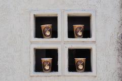 Vier Tasse Kaffee im Fenster Lizenzfreie Stockfotos