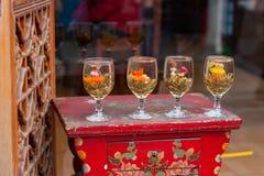 Vier Tassen Tee gemacht vom unterschiedlichen Blumentee Stockbild