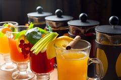 Vier Teekannen und Gläser Lizenzfreie Stockfotos