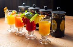 Vier Teekannen und Gläser Lizenzfreies Stockfoto