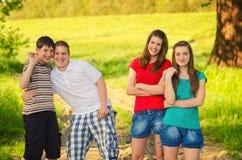 Vier tienervrienden in de aard royalty-vrije stock foto
