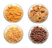 Vier transparente Schüsseln mit Corn Flakes stockfotos