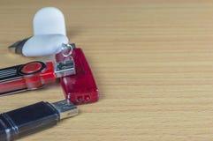 Vier USB-flitsaandrijving op houten lijst en exemplaarruimte stock foto
