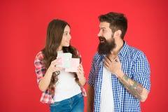 Vier vadersdag De familie taxeert concept Vriendschappelijke relaties Vader en zijn dochter Giftverrassing iets stock fotografie