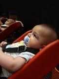 Vier van de babymaanden oud jongen in supermarkttrolli voor babyes Stock Foto
