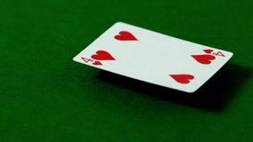 Vier van harten die op casinolijst vallen stock footage