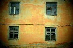 Vier vensters van een oud gebouw royalty-vrije stock foto's