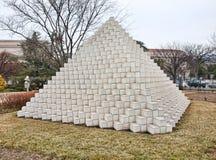 Vier versahen Pyramide mit Seiten Stockfoto