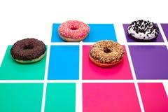Vier verschillende donuts op multicolored achtergrond stock foto