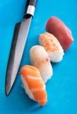 Vier verschillende nighirisushi met een chef-koksmes Royalty-vrije Stock Afbeelding