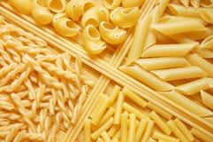 Vier verschillende soorten Italiaanse deegwaren Stock Foto