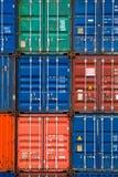 Vier verticale rijen van verschepende containers Stock Afbeelding