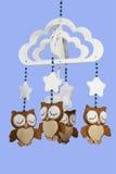 Vier voelden Uilen op Geparelde Mobiele Babywieg Stock Foto